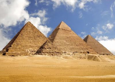 Pirâmides de Gizé - Quéops, Quéfren e Miquerinos, XIV dinastia, 1783-1551 A.C.